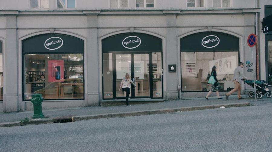 person-walking-in-eplehuset-store